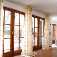 Панорамные окна гостиной с деревянными рамами
