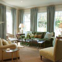Прямые занавески на окнах классической гостиной