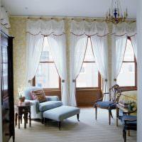 Окна гостиной с итальянскими шторами из прозрачного тюля