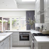 Серые шторы на кухне-столовой