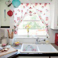 Двойная раковина перед кухонным окном
