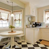 Английские шторы на окнах кухни-столовой