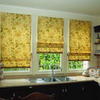 Три римские шторы с растительным принтом