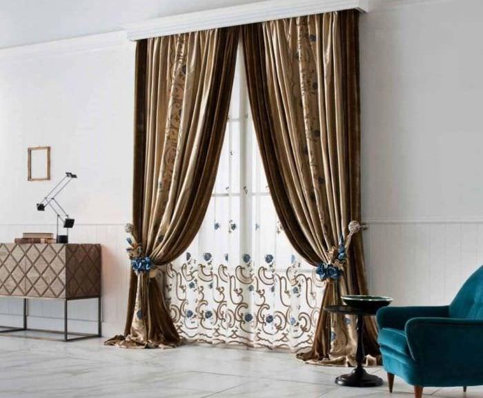 Темные итальянские шторы в светлой гостиной