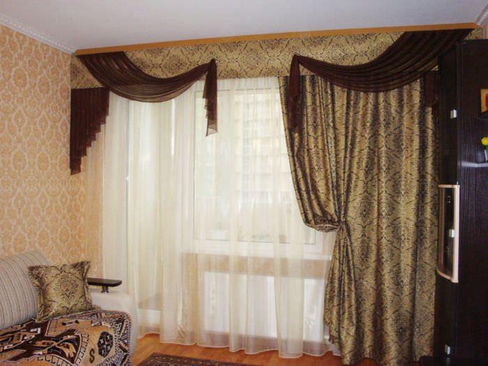 Асимметричные шторы с ламбрекеном в дизайне зала
