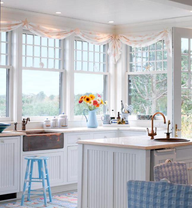 Интерьер кухни с эркером в частном доме