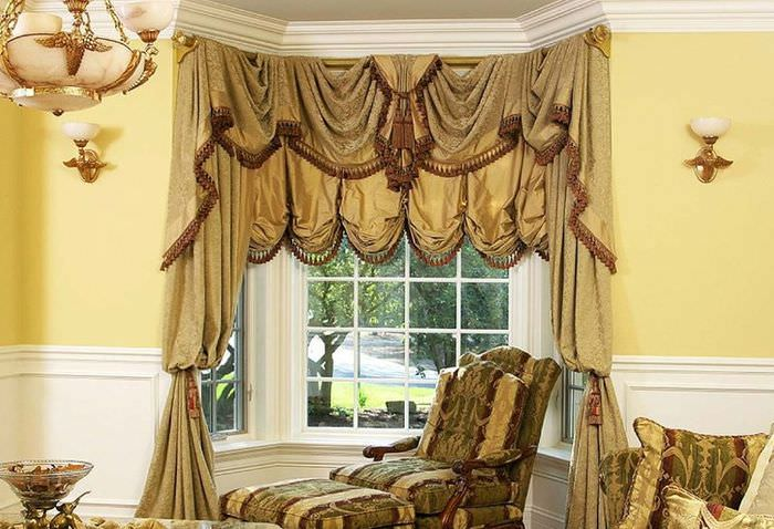 Богатые шторы австрийского типа на окнах эркера