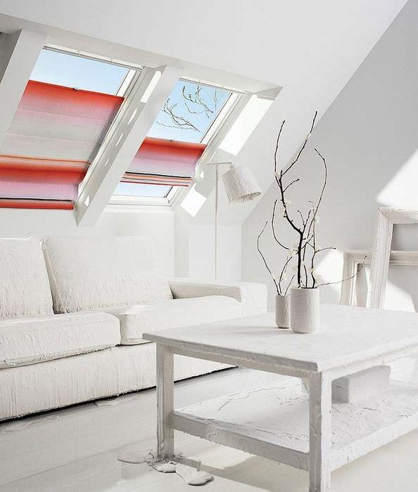 Дизайн гостиной в мансарде с римскими шторами