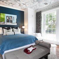 Темно-синяя стена в интерьере спальни