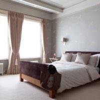 Гардины с подхватами в спальне с деревянной кроватью