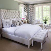 Два кресла с белой обивкой перед окном спальни