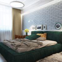 Серая стена из кирпича в спальной комнате
