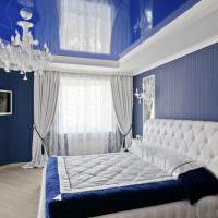 Синий натяжной потолок с глянцевой поверхностью