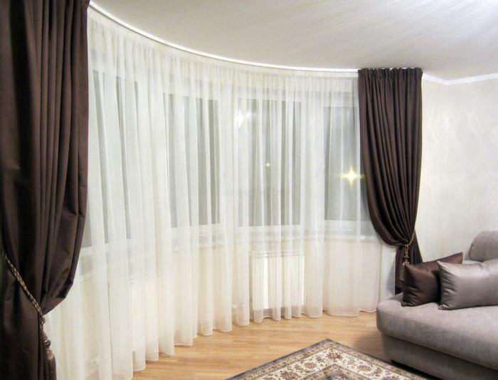 Черные портьеры с белой тюлем на окне зала в стиле минимализма
