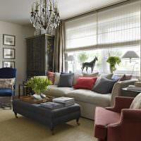 Разноцветные подушки на светло-сером диване