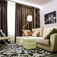 Сочетание темно-коричневых штор с белыми стенами гостиной
