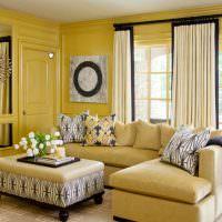 Желтые стены в зале загородного дома