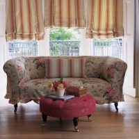 Чехол из ткани с цветочками на классическом диване