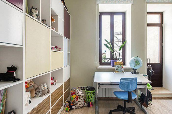 Синий стул перед письменным столом