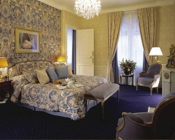 Сочетание обоев с постельным бельем в классической спальне
