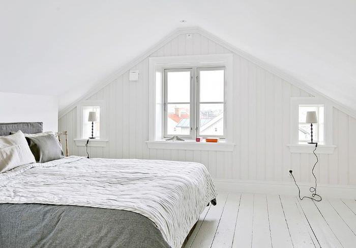 Светлая спальня мансарды в скандинавском стиле