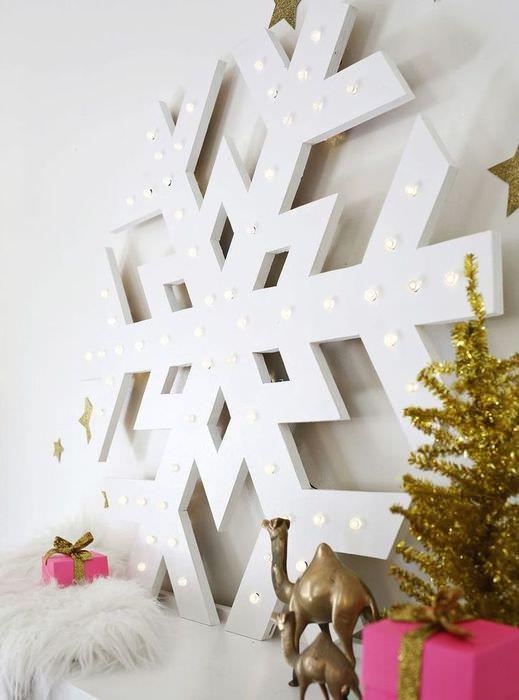 Большая снежинка с подсветкой на комоде в гостиной