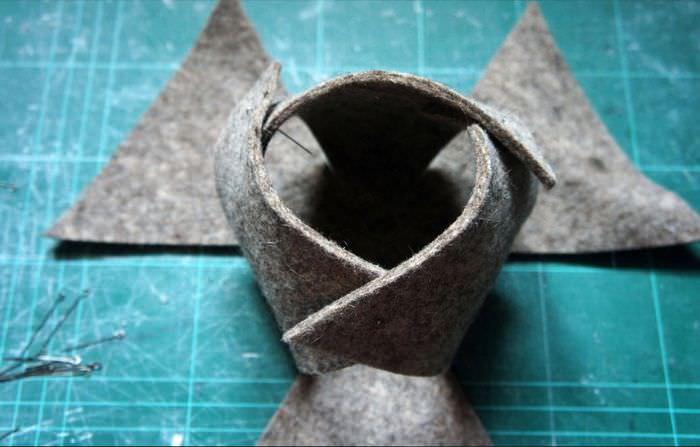 Соединение булавками элементов корзинки из войлока