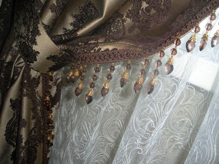 Стеклярус на шторе из атласного материала