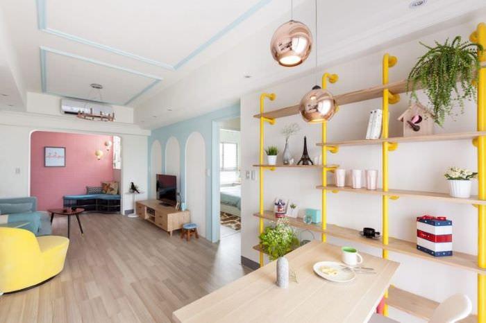 Открытый стеллаж на стойках-трубах в интерьере трехкомнатной квартиры