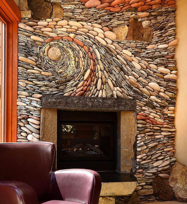 Декорирование стены над камином с помощью натурального камня