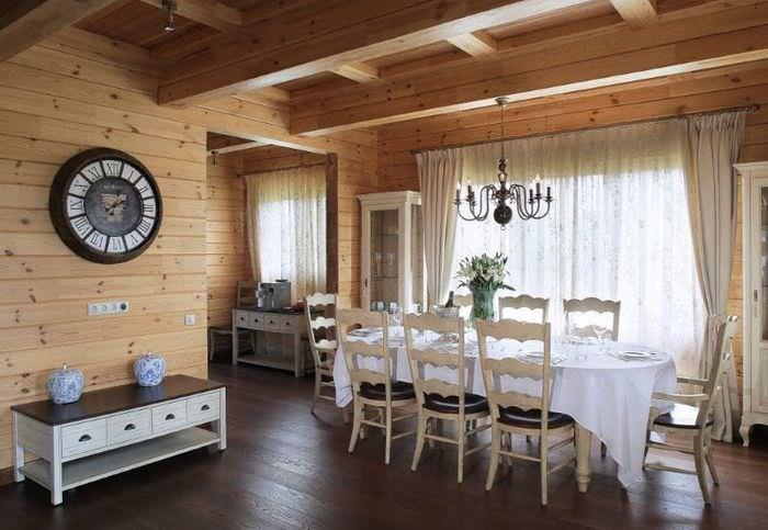 Столовая частного дома с отделкой деревянными панелями