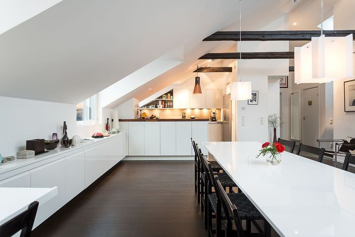 Интерьер кухни-столовой в мансардном помещении