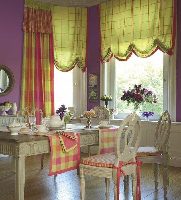 Интерьер гостиной с английскими шторами