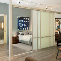 Зонирование комнаты раздвижной перегородкой