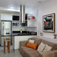 Небольшая кухонная зона в квартире студии