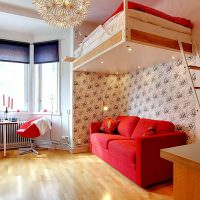 Подвесная кровать над красным диваном