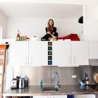 Антресоль со спальным местом над кухонными шкафами