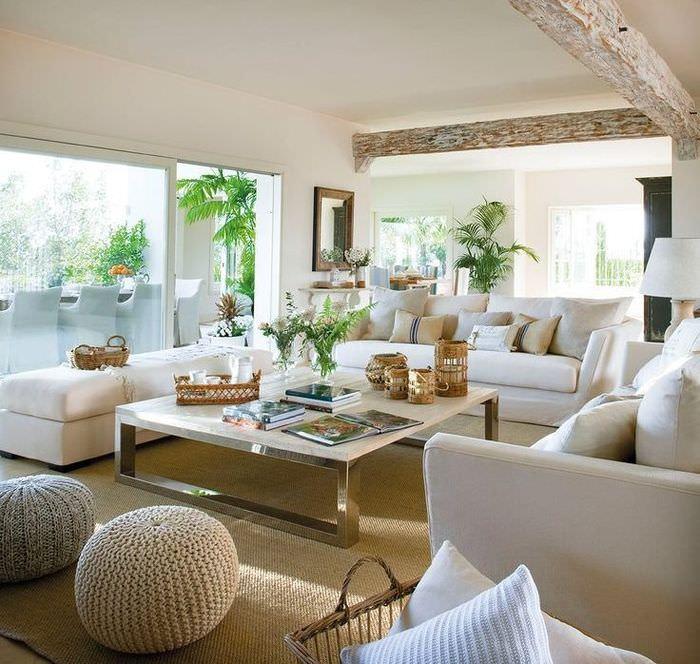 Белая гостиная в частном доме
