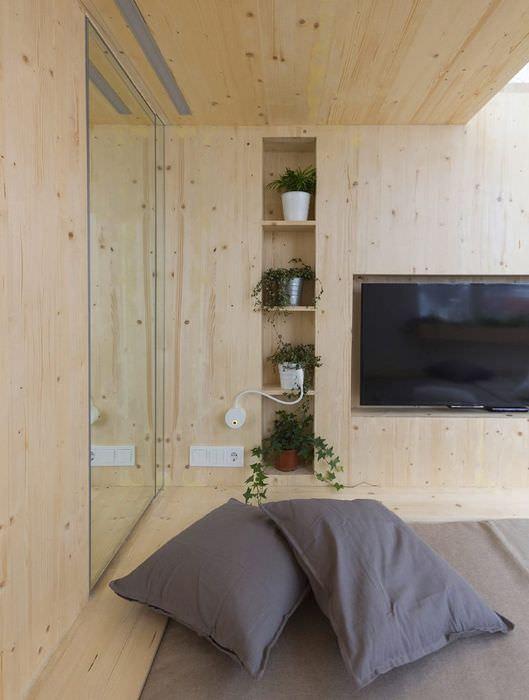 Отделка стен и потолка спальни сосновой имитацией бруса