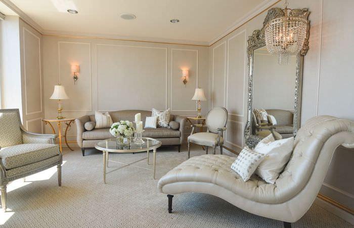 Интерьер классической гостиной в светлых оттенках