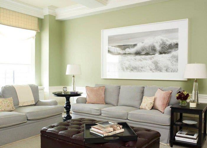 Светло-зеленые стены в современной гостиной