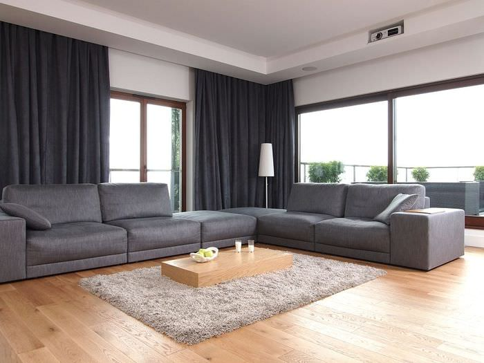 Серая мягкая мебель на светлом ламинированном полу