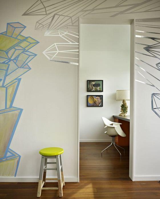 Табуретка с круглым сидением у стены в трехкомнатной квартире