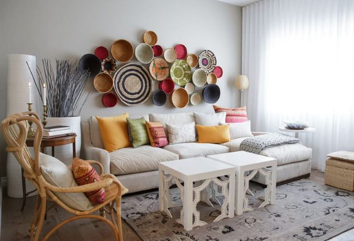 Декорирование стены над диваном с помощью тарелок