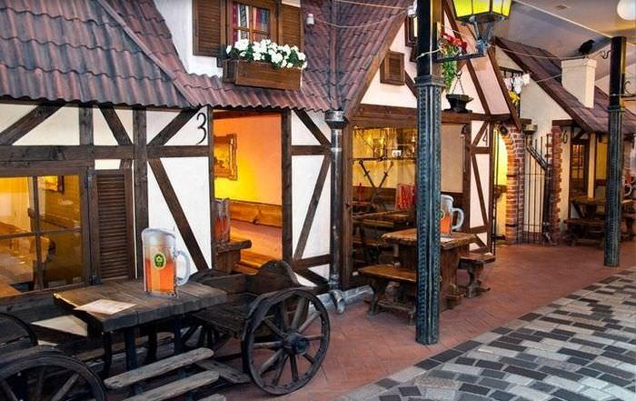 Старая телега перед входом в пивной бар