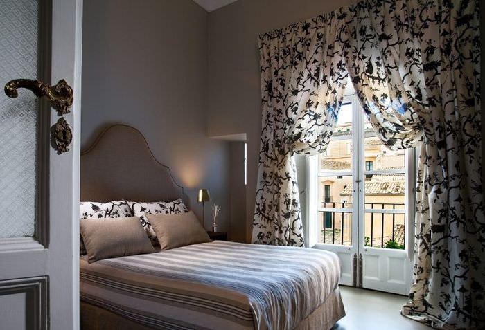 Окно спальни без прозрачного тюля