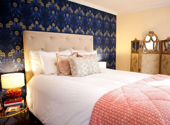 Темно-синие обои на стене за кроватью