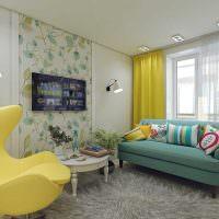 Желтая штора на окне квартиры в панельном доме