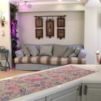 Серый диван с декоративными подушками