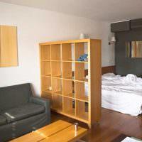Зонирование спальни-гостиной деревянным стеллажом